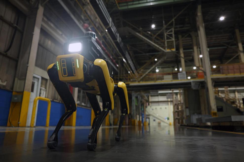 В Hyundai начали принимать на работу роботов (видео)