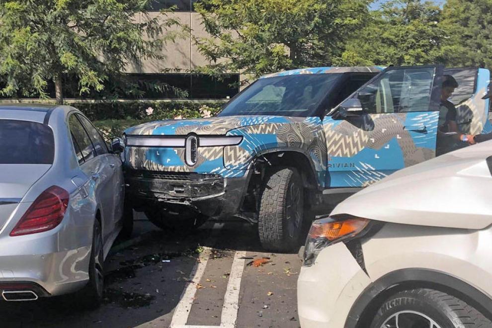 В первой аварии пикапа Rivian R1T пострадал Mercedes-Benz S-Класса