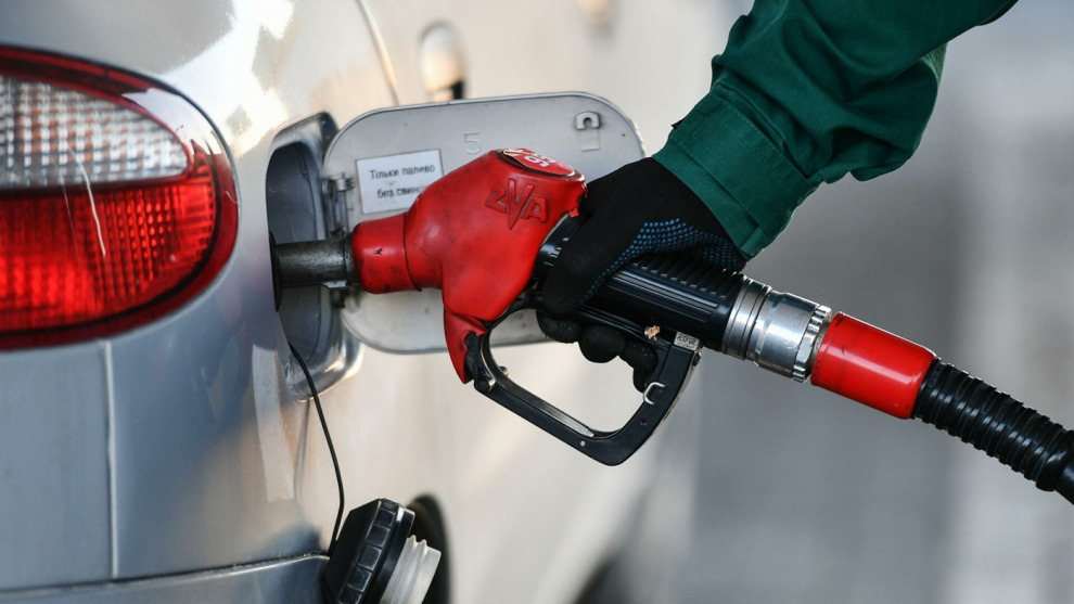 Впервые за последние полгода в России снизились цены на топливо