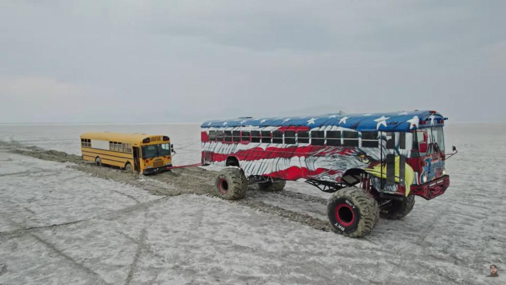 Автобусный монстр «Freedom» спасает школьный автобус из Бонневилльских солончаков (видео)