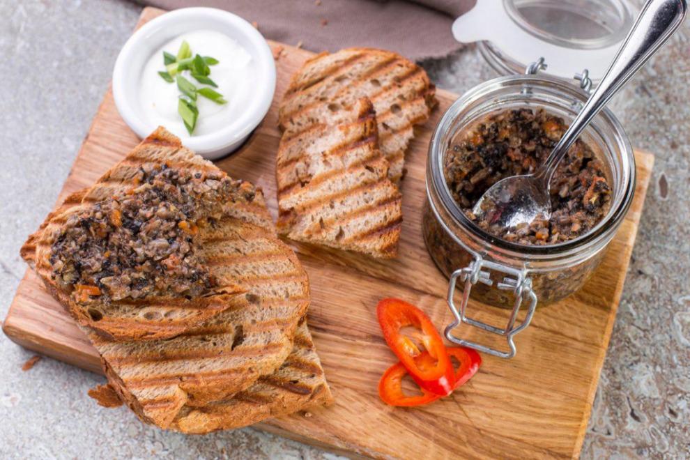 Изысканная кулинария путешественника: грибная икра с тостами