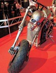 При чем здесь этот мотоцикл, спрашиваете вы? В сущности, ни при чем – просто мы не удержались и решили показать вам и его тоже, уж больно эффектен. Его построили специально для съемок фантастического боевика с Николосом Кейджем. Ждите на больших экранах!