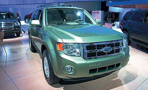 Популярный Ford Escape, который у нас известен как Ford Maverick, обновится в 2008 году, но его прототип с гибридным двигателем представлен уже сегодня. Кроссовер стал заметно крупнее – это единственное, что можно о нем пока сказать